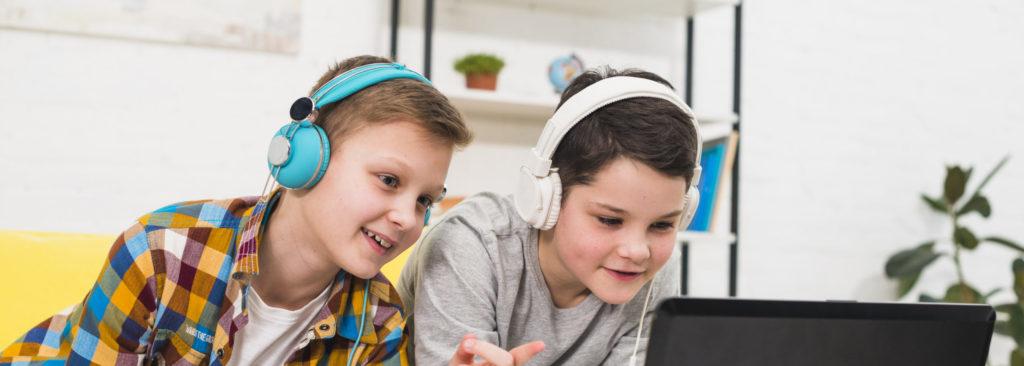 Jungen gamen am Laptop, ab wann spricht man von Computerspielsucht