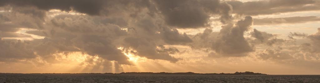 In einer psychologischen Beratung werden die Gedanken klar wie wenn die Sonne die Wolken durchbricht